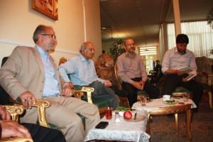 نشست صمیمی مسئولین  در منزل  استاد اینانلو شاعر توانای بوئین زهرایی