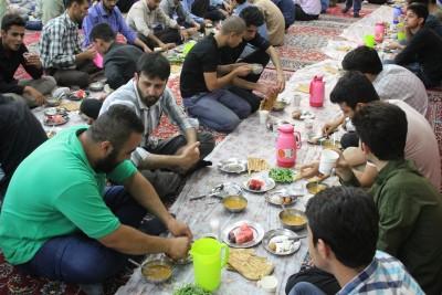 گزارش تصویری از ضیافت افطاری ساده در مسجد جامع بوئین زهرا