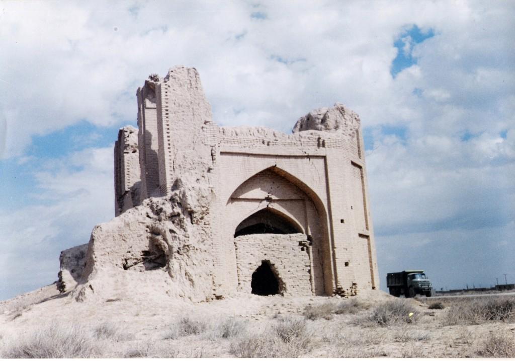 قلعهٔ خیرآباد نزدیک شهر شال که قدمتی بیش از ۱۵۰ سال دارد