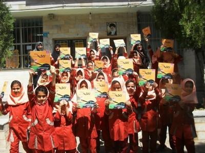 اهدا کتاب توسط دانش آموزان ابتدایی به کتابخانه عمومی بوئین زهرا