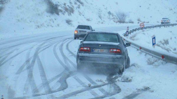در هنگام بارش برف با خودداری از سفرهای غیر ضروری از سوانح جادهای جلوگیری کنید